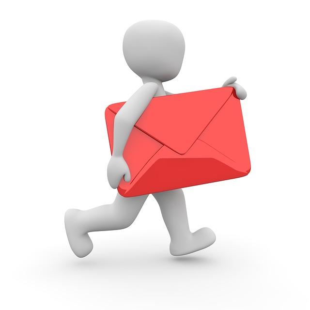 poštovní doručovatel s červenou obálkou