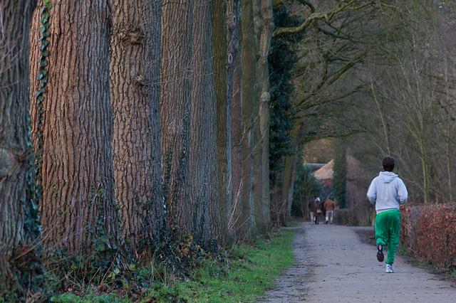 muž běží v lese
