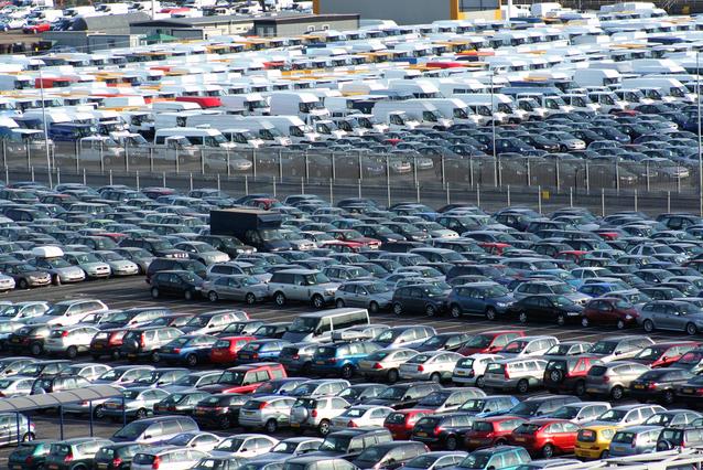 auta a náklaďáky na jednom velkém parkovišti